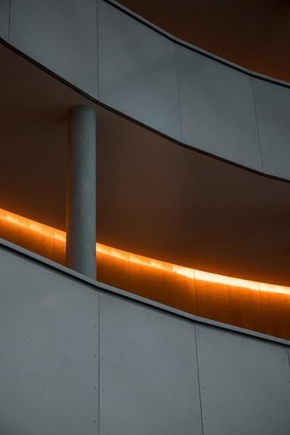 Белая бетонная лестница с серыми металлическими перилами Бесплатные Фотографии