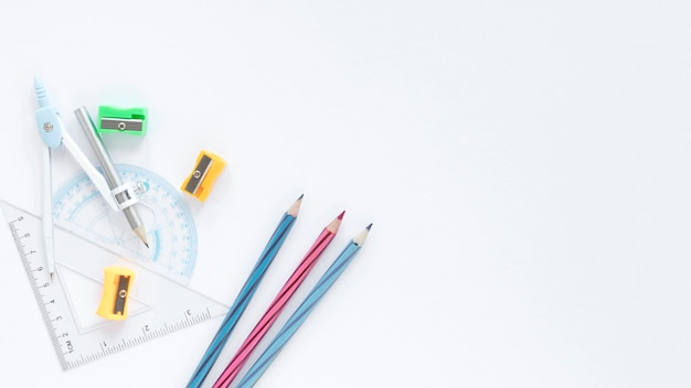 Белая копия космический фон с красочными карандашами и линейками Бесплатные Фотографии
