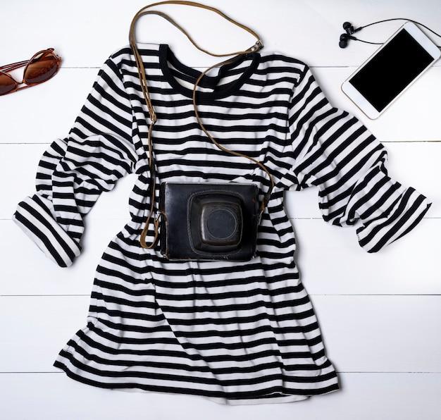 Белая хлопчатобумажная рубашка в черные полоски и старинный винтажный фотоаппарат Premium Фотографии