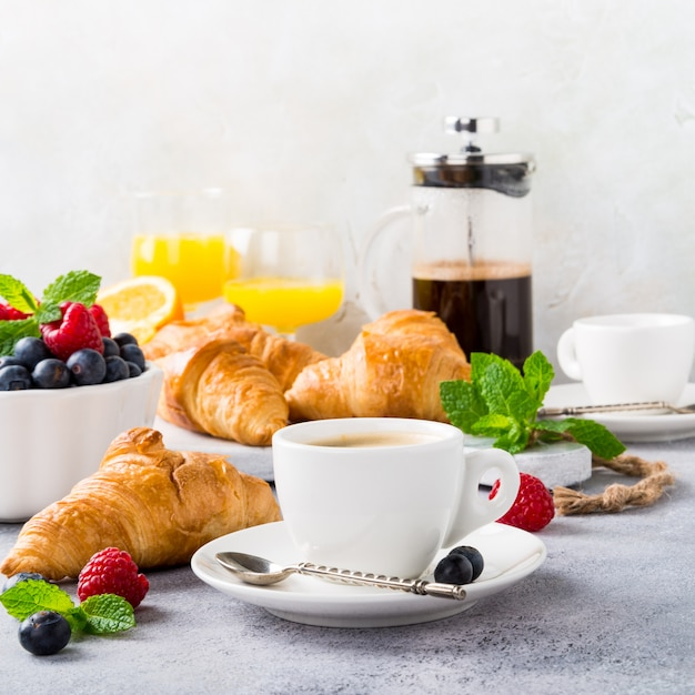 White cups of coffee and croissants Premium Photo
