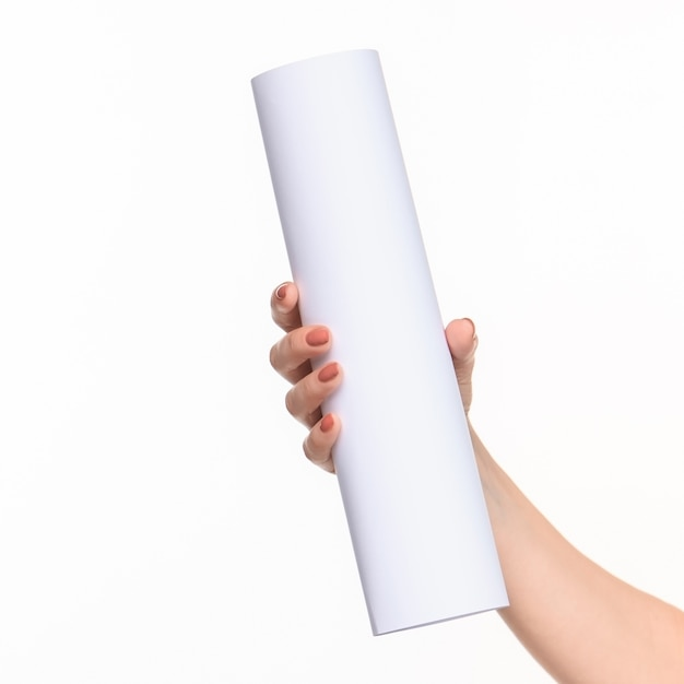 右の影と白い背景の上の女性の手の小道具の白い円柱 無料写真