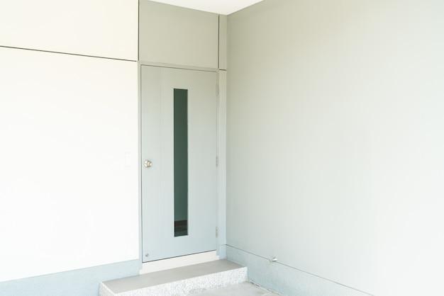 벽과 화이트 도어 프리미엄 사진