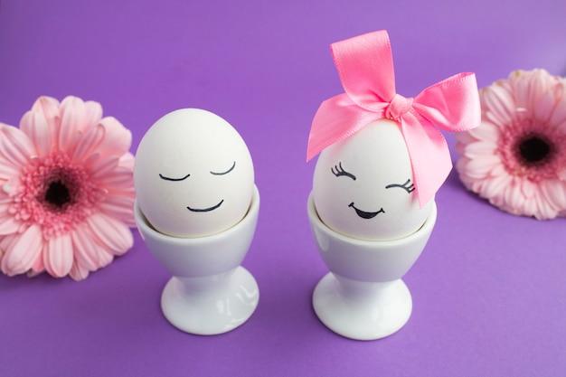 白いコースターと花の白い卵 Premium写真