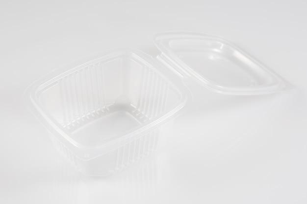 開いたふたが付いている白い空の空白の発泡スチロールのプラスチック食糧皿の容器箱 Premium写真