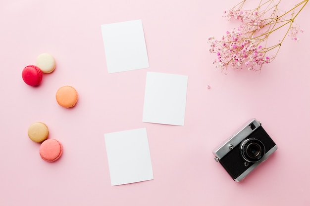 하얀 빈 종이와 레트로 카메라 평면도 프리미엄 사진