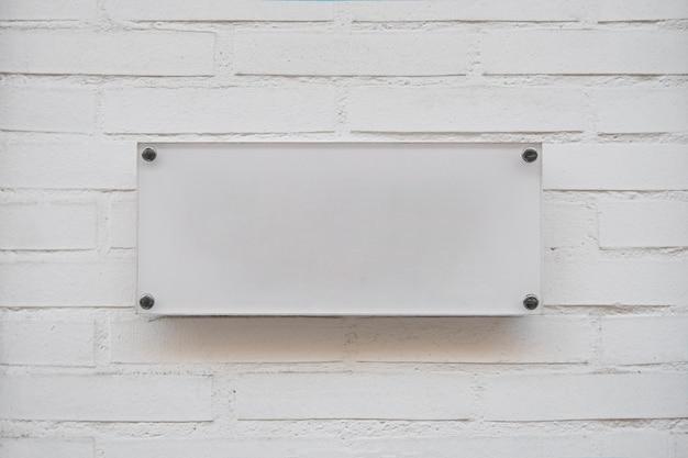 ビジネスのロゴの白い空のプラカード 無料写真