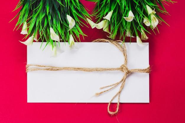 白い封筒、ロープで包んだ封筒 Premium写真