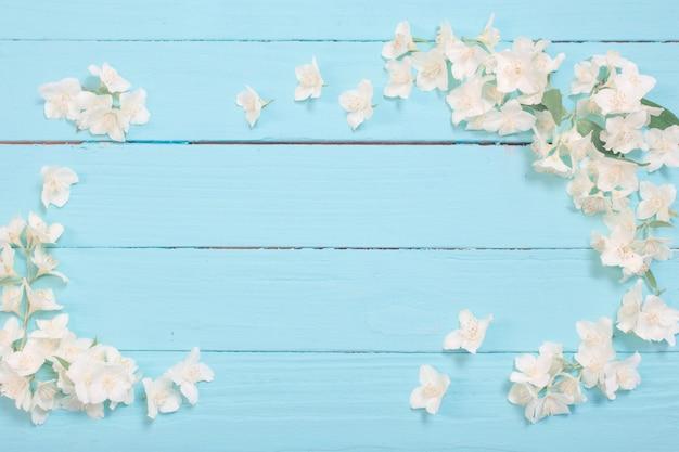 Белые цветы на деревянном фоне Premium Фотографии