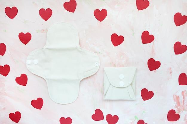 Белые свернутые и развернутые моющиеся многоразовые менструальные прокладки Premium Фотографии