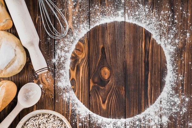 Белая рамка из муки и свежих хлебов на деревянном фоне Premium Фотографии