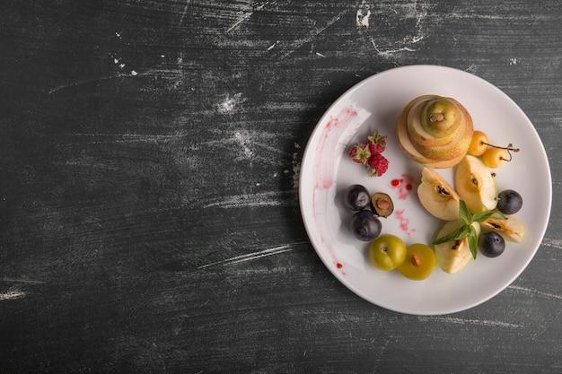 Блюдо с белыми фруктами, изолированные на черном фоне справа Бесплатные Фотографии