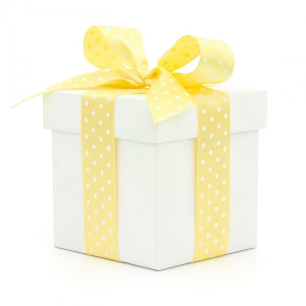 分離された白地に黄色の弓と白いギフトボックス Premium写真