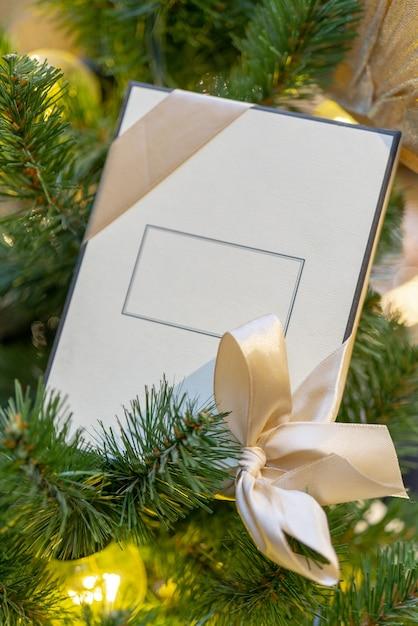 Scatola regalo bianca con spazio per un'iscrizione, decorazione per albero di natale Foto Gratuite