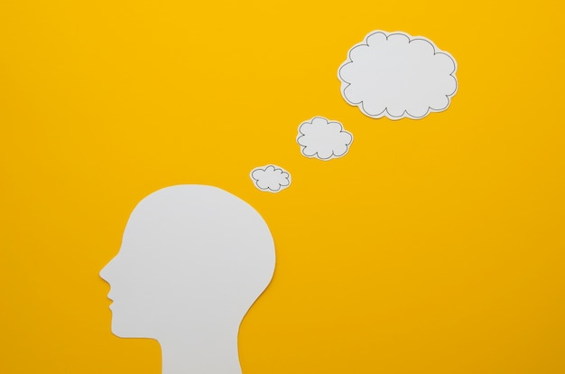 White head with speech bubble idea concept Free Photo