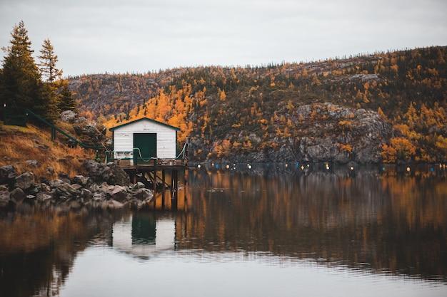 川の近くの白い家 無料写真