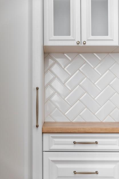 Primo piano bianco della mobilia della cucina Foto Gratuite