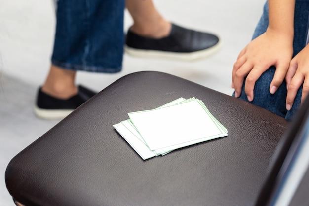테이블에 흰색 레이블입니다. 메뉴에 사용하거나 단어를 넣을 때 사용합니다. 프리미엄 사진