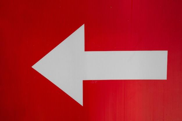 Freccia sinistra bianca su sfondo rosso Foto Gratuite