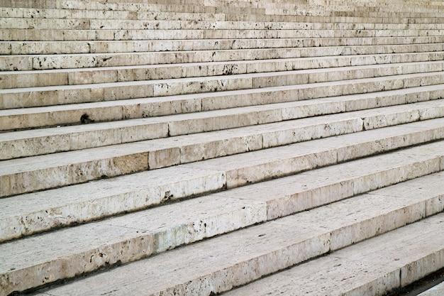 빈티지 건물의 입구로 이어지는 흰색 대리석 계단 프리미엄 사진
