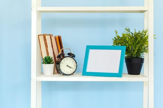 青い背景の本とホワイトメタルラック Premium写真