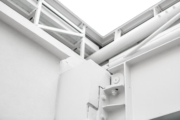 Edificio e tubi metallici bianchi Foto Gratuite