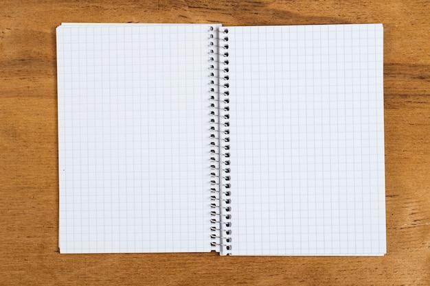 テーブルの上の白いメモ帳 無料写真