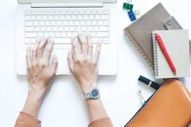 Белый стол стол стол с бизнесмен, используя ноутбук и пить кофе Premium Фотографии