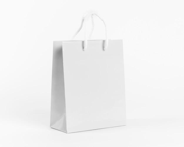 Borsa di carta bianca per lo shopping isolato su sfondo bianco Foto Gratuite