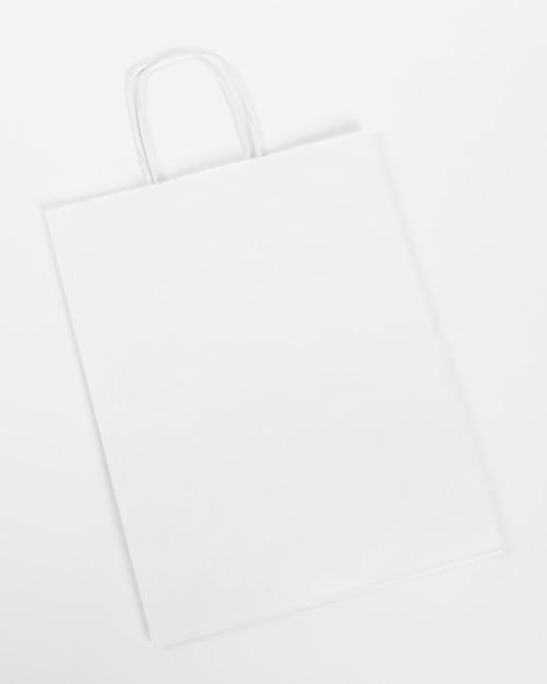 Borsa della spesa di carta bianca su sfondo bianco Foto Gratuite