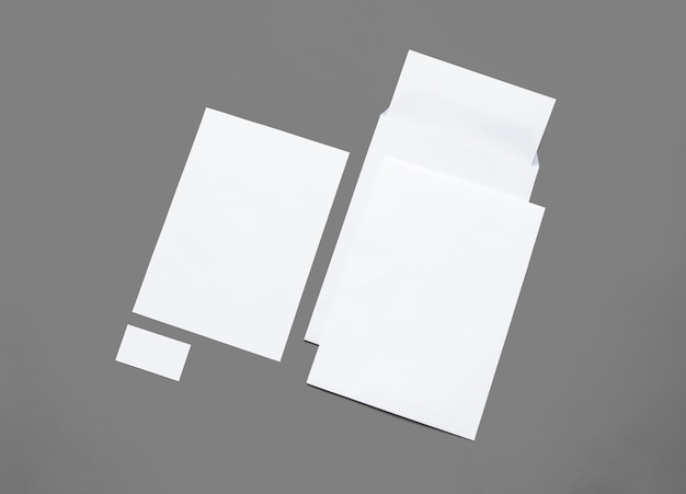 白で隔離されるホワイトペーパーのひな形です。白紙の封筒、レターヘッド、プレゼンテーション用のカードのイラスト。 無料写真