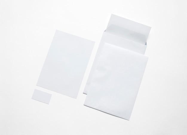 Cancelleria del libro bianco isolata su bianco. illustrazione con buste vuote, carta intestata e biglietti per mostrare la tua presentazione. Foto Gratuite