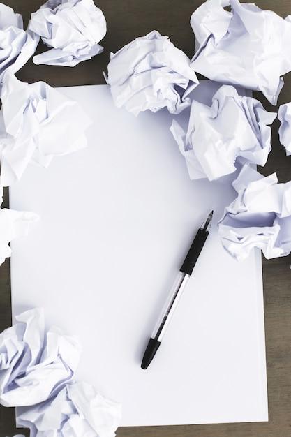 Libro bianco sul tavolo Foto Gratuite