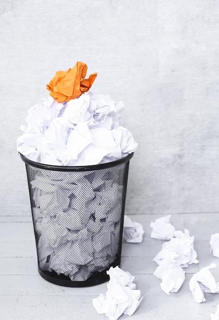 Libro bianco nel cestino Foto Gratuite