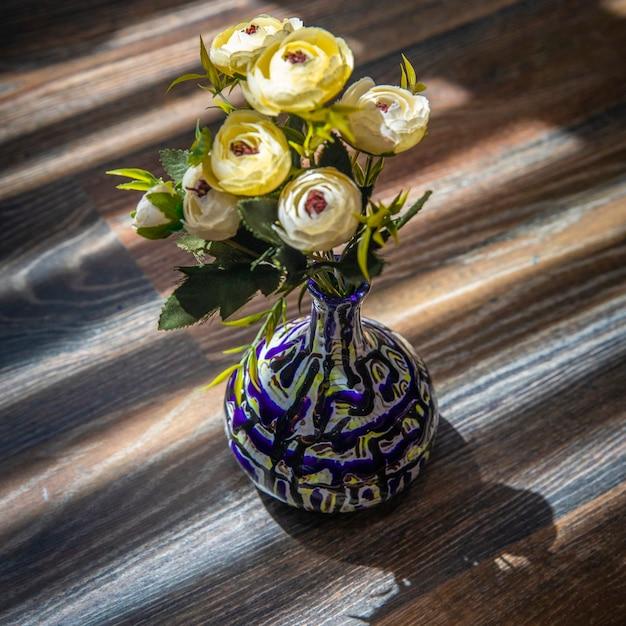 青い装飾的な花瓶に白い牡丹。 無料写真