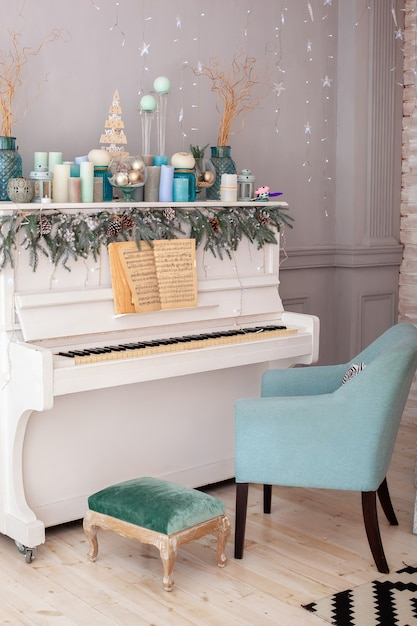 White piano decorated for christmas Premium Photo