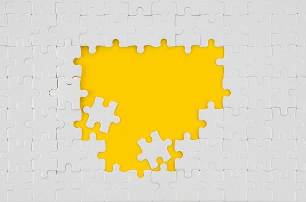 Белые кусочки головоломки идея концепции вид сверху Premium Фотографии
