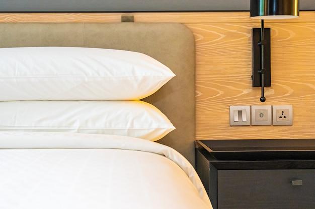 침실의 침대 장식 인테리어에 흰색 베개와 담요 무료 사진
