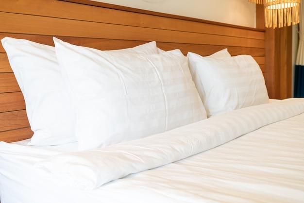 Украшение белой подушки на кровати в интерьере спальни Premium Фотографии