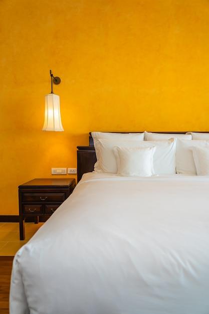 Белая подушка на кровать, украшение интерьера спальни Бесплатные Фотографии