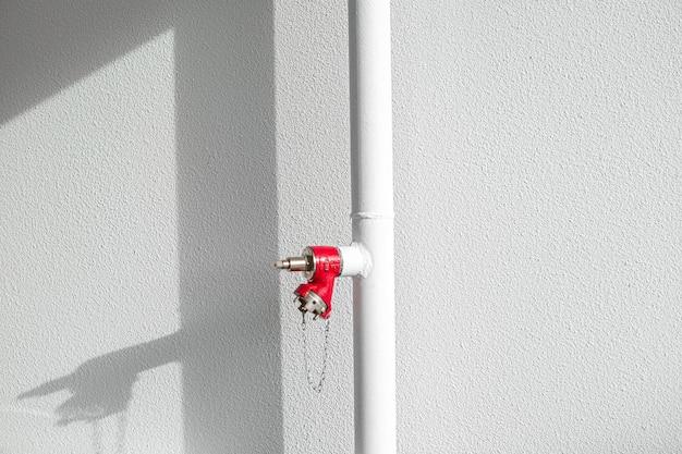 Tubo bianco con estintore rosso Foto Gratuite