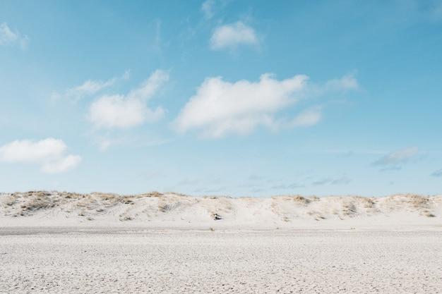 昼間の青い空の下の白い平野 無料写真