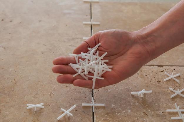 Белые пластиковые крестики для укладки плитки Premium Фотографии