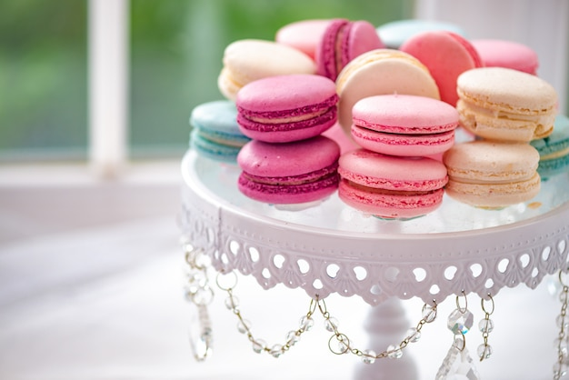 White plate with marshmallow, macarons closeup Premium Photo