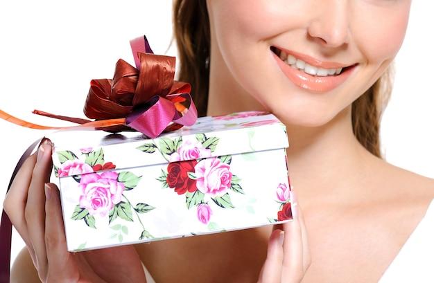 Белая подарочная коробка с красной лентой, держащая довольно неузнаваемую женщину Бесплатные Фотографии