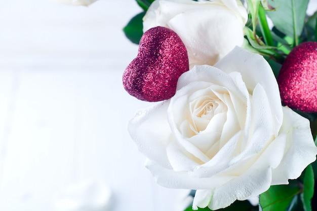 Белая роза и красное сердце Premium Фотографии