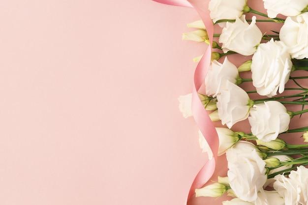 White roses and pink ribbon Premium Photo