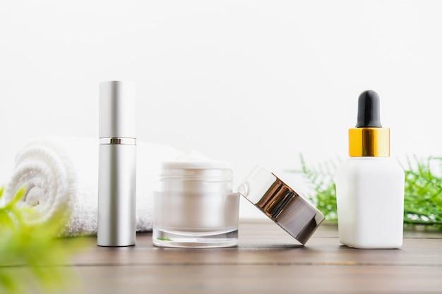 White serum bottle and cream jar, mockup of beauty product brand. Premium Photo