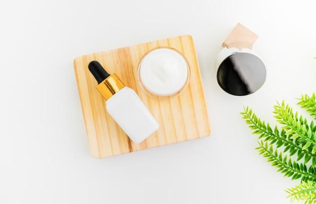 White serum bottle and cream jar Premium Photo