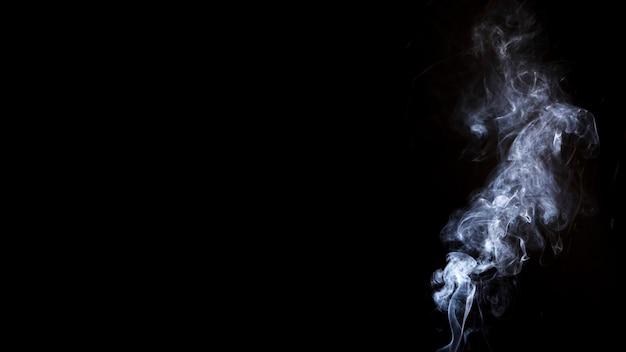 Fumo bianco su sfondo nero con spazio di copia per la scrittura del testo Foto Gratuite
