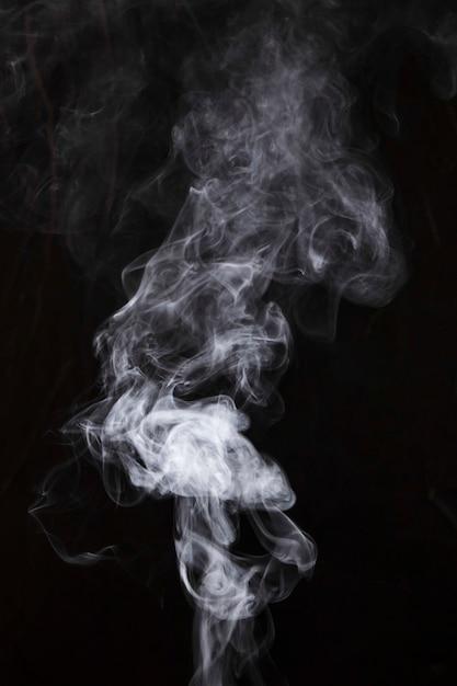 검은 배경에 흰 연기 조각 무료 사진